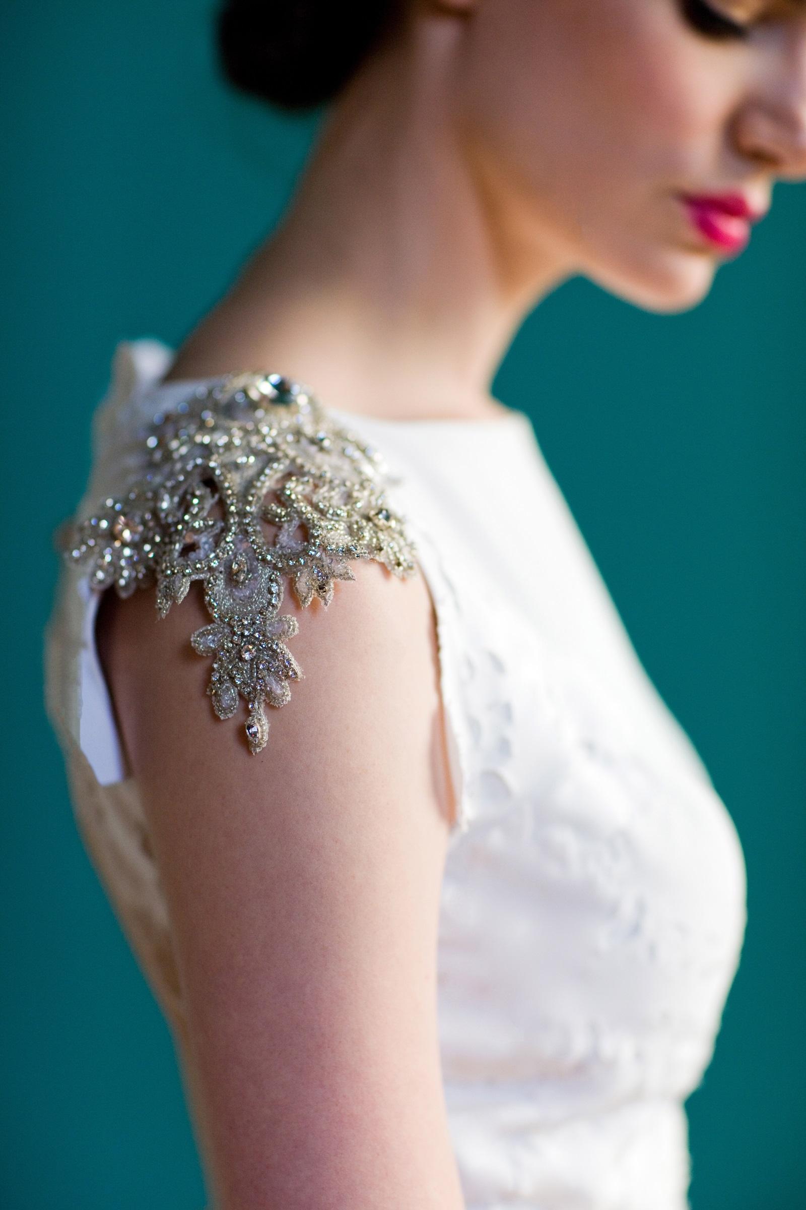 Украшения на платья из камней фото