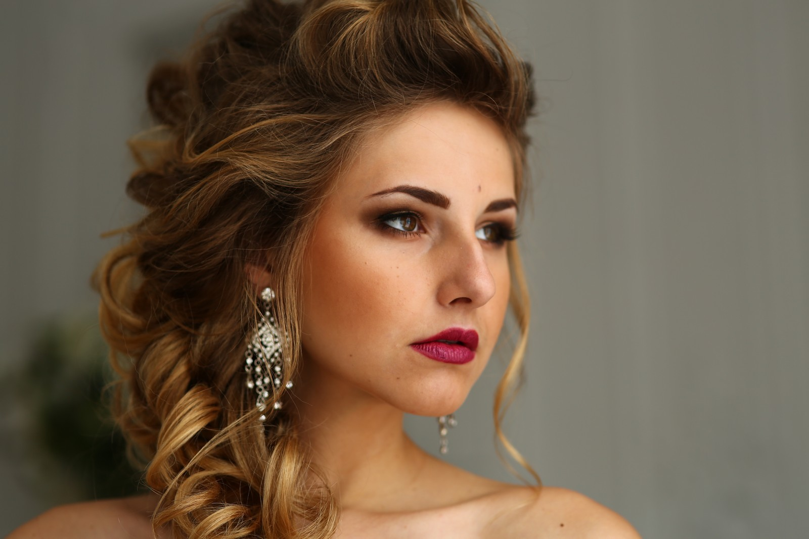 Прическа с волосами на один бок фото