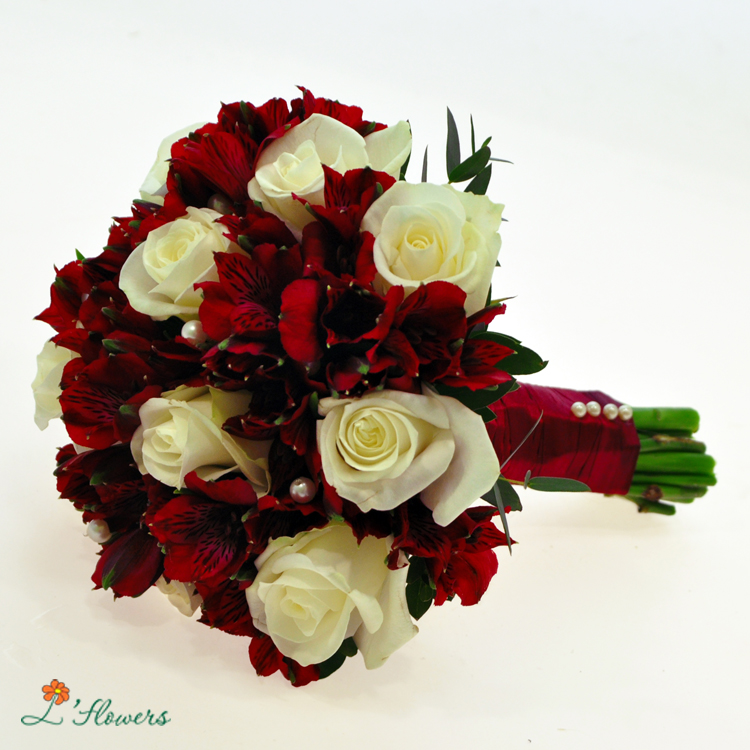 Букет невесты красные розы и белые розы