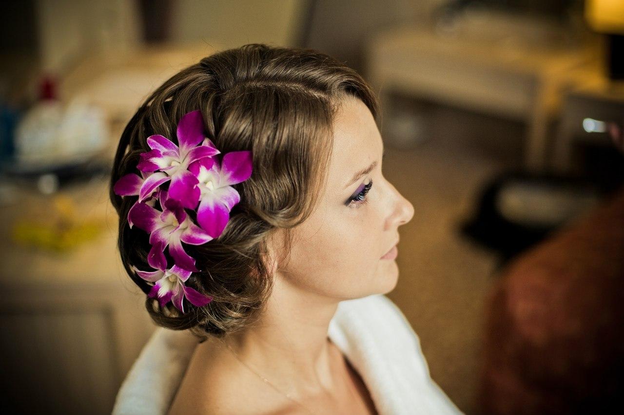 Прическа невесты с орхидей в волосах