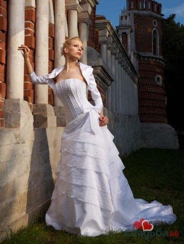 Невеста в свадебном платье с корсетом и юбкой, украшенной воланами , в болеро с длинными рукавами. - фото 14 simik