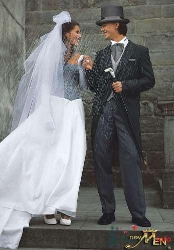 Невеста в черно-белом свадебном платье. Жених в черном смокинге и в цилиндре.  - фото 165 simik