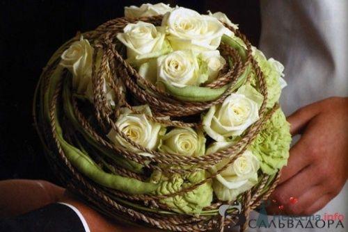 Зеленый свадебный букет с розами.