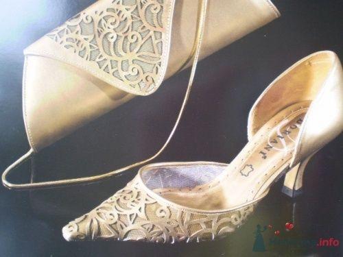 Свадебные туфли и клатч для невесты в золотом цвете.