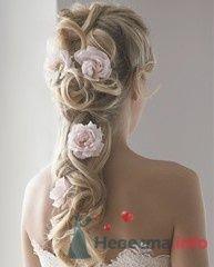 Прическа невесты с розовыми цветами в волосах.