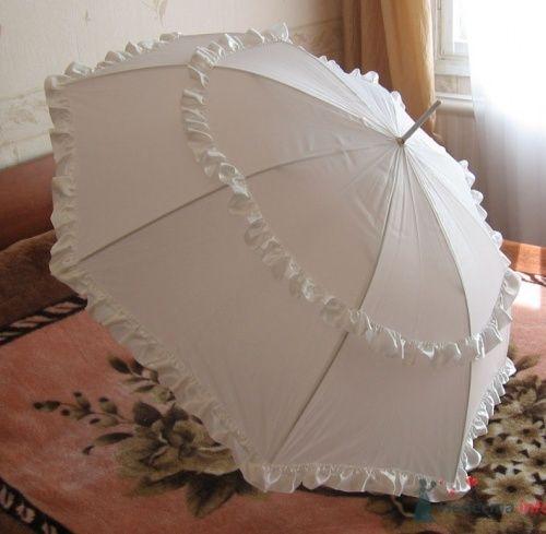 Белый зонт для свадебной фотосессии.