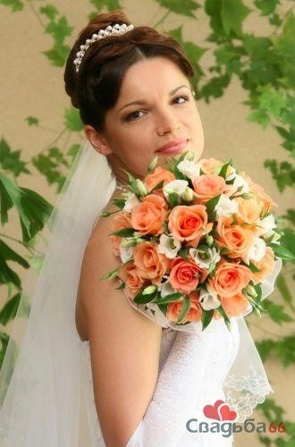Невеста с букетом из оранжевых роз.