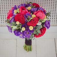 Яркий фиолетово-красный букет невесты из тюльпанов и фиалок