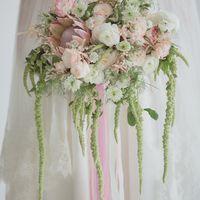 Ассиметричный букет невесты с протеей и амарантом