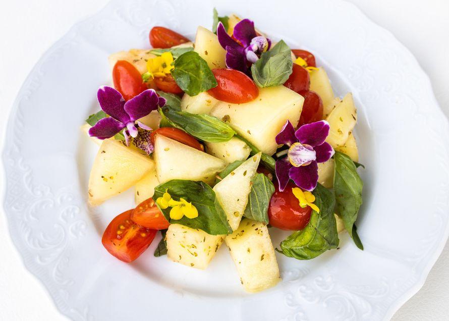 """Дыня с помидорами, базиликом с цветками фиалки - фото 19671095 Свадебная площадка """"Ранчо"""""""