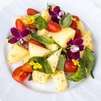 Дыня с помидорами, базиликом с цветками фиалки