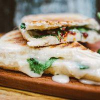 Панини с языком, сливочным сыром, запеченным перцем и корнишонами