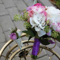 Букет невесты из белых гортензий, бело-розовых эустом, зеленого котинуса и зелени, украшенный сиреневой лентой, и бутоньерка из  зелени, белых и сиреневых роз