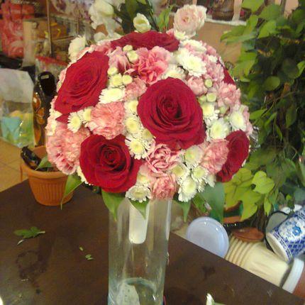 Бело-красный букет невесты