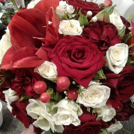 Царственный красно-белый букет невесты