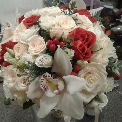 Букет невесты бело-красный с ягодками