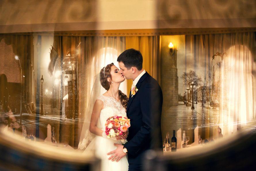 Жених и невеста, прислонившись друг к другу, целуются посреди комнаты - фото 3622671 Фотографы Виталий и Дарья Андриановы