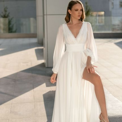 Платье с высоким вырезом на ноге