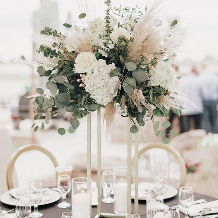 Стойки с искусственными цветами на столы гостей