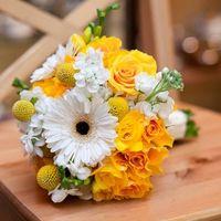 Букет невесты из роз и гербер в желто-белых тонах