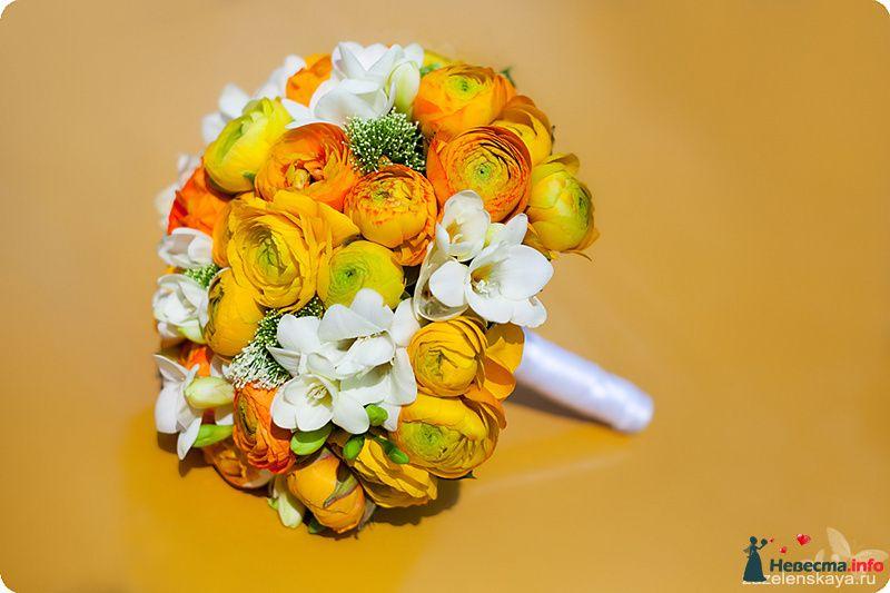 Круглый букет невесты из белых фрезий, оранжевых анемонов, желтых и