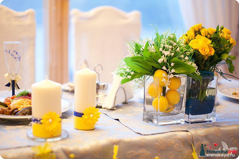 Букет из ландышей и лимонов в стеклянной прямоугольной вазе; желтые розы в прямоугольной стеклянной вазе с солью синего цвета.  - фото 108645 Shuga
