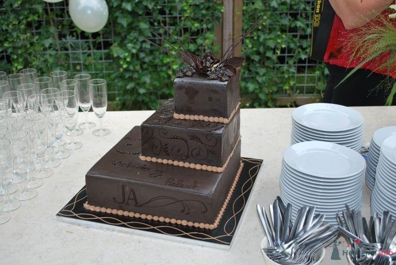 Многоярусный свадебный торт, украшенный коричневой мастикой с узором