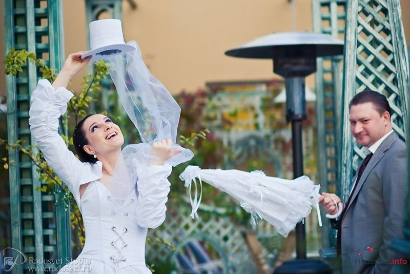 Невеста держит в руках белый свадебный цилиндр с лёгким фатином а жених держит в руках  белый винтажный зонт с кружевными рюшами - фото 53543 Фотограф Радосвет Лапин