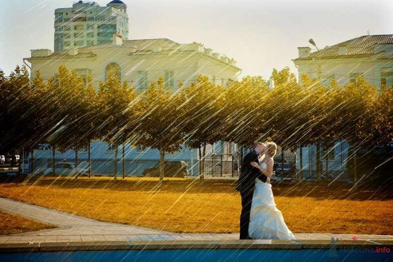 Жених и невеста, прислонившись друг к другу, стоят на фоне здания и зелени - фото 64893 Невеста01