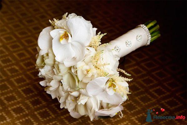 Букет невесты из белых орхидей, астильбы и фрезий, декорированный белой атласной лентой и стразами  - фото 90197 Невеста Настенька