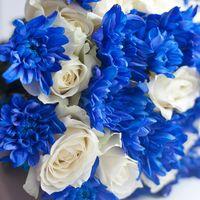 Бело-голубой букет невесты из роз и астр