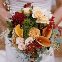 Букет невесты из калл, астр и роз в красно-оранжевых тонах