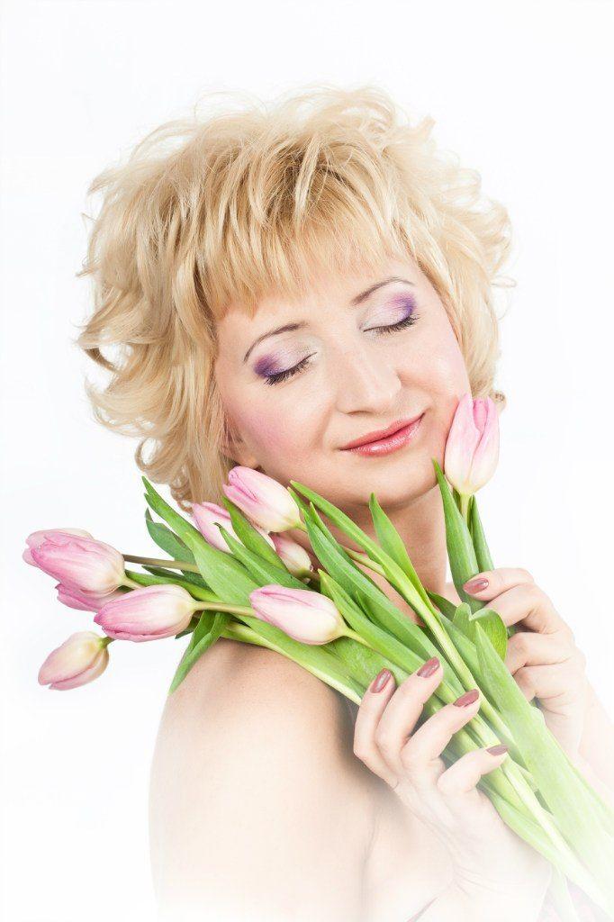 Романтический образ невесты выражен в прическе из распущенных коротких локонов, с макияжем в розовом и сиреневых тонах - фото 828935 Юлия Бондаренко - фотограф