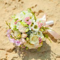 Букет с 2-мя видами роз, эустомой, каланхое,интересной зеленью и мини- орхидеями
