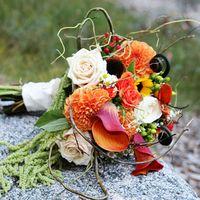 Оригинальный букет невесты из астр, калл и роз в оранжевых тонах