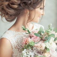 букет невесты, шелковые ленты, дельфиниум, розы, прическа, венок, цветы