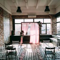 букет невесты, платье, красный, прическа, жених, костюм, бутоньерка, лофт, церемония флористика, арка