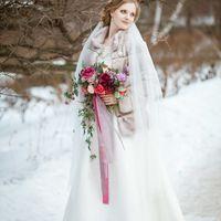 букет невесты с яркими акцентами, ранункулусы, шелковые ленты, фата, макияж, прическа, свадебное платье