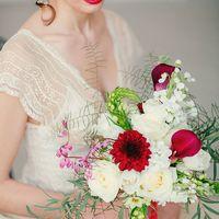 красный букет невесты бохо стиль