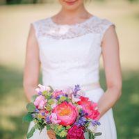 Букет невесты из пионов и фиалок