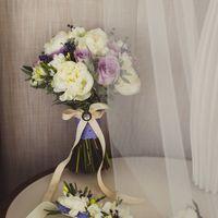 Свадебный букет с пионами и лавандой в сиреневом цвете