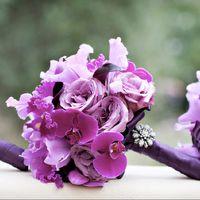 Яркий сиреневый букет подружек невесты из орхидей, калл, роз и ирисов