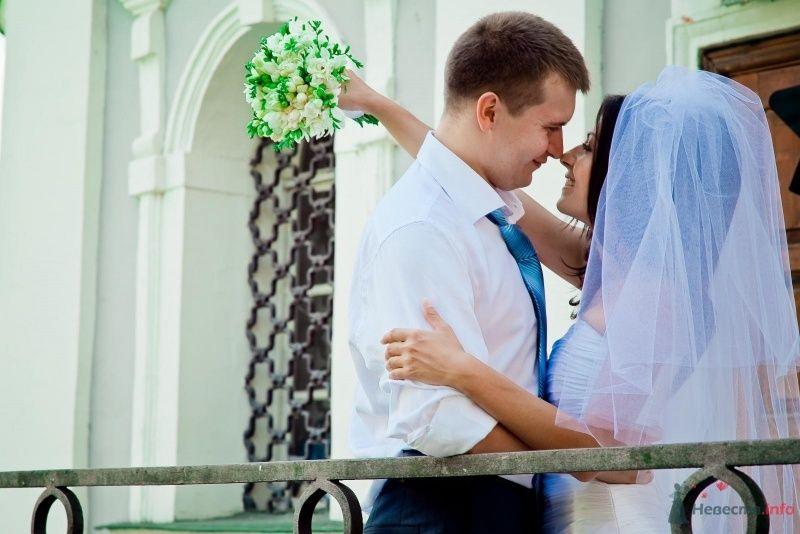 Жених и невеста стоят, прислонившись друг к другу, возле белого дома - фото 54340 Anjuta
