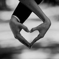 Сердце из рук. Влюбленная пара.