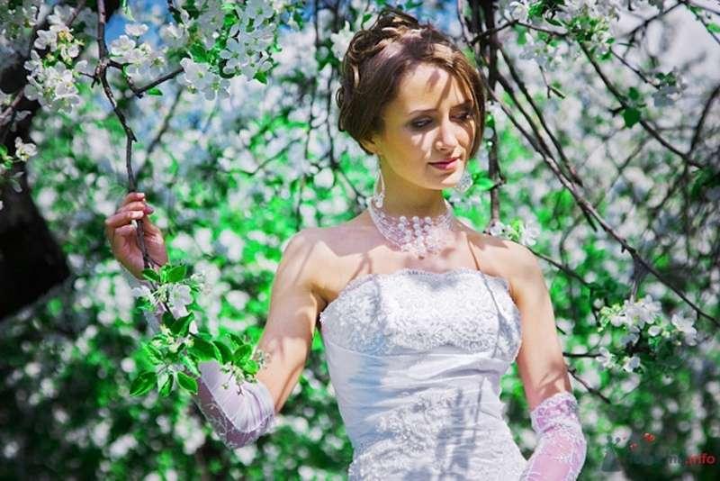 Невеста в белом платье стоит в цветущем саду - фото 69836 Свадебный фотограф Сергей Несин