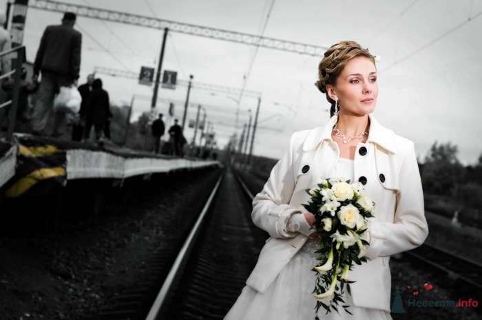 Невеста с букетом цветов стоит на пероне - фото 75104 Андрей Panfeelove - фотограф