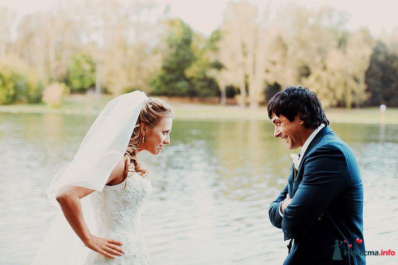 Жених и невеста стоят на берегу озера и смотрят друг на друга - фото 88971 Свадебный фотограф. Татьяна Гаранина