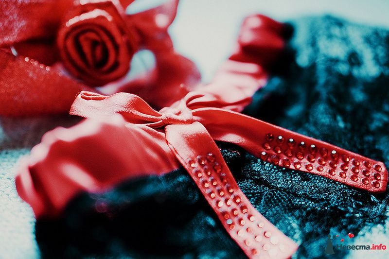 Красная атласная подвязка с чёрной кружевной оборкой и атласным бантом со стразами - фото 89008 Свадебный фотограф. Татьяна Гаранина