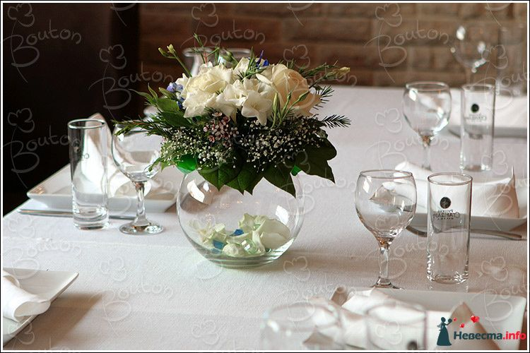 Кремовые розы, гипсофила, хамелациум, белые фрезии и зелень в круглой вазе. - фото 112220 Annastrid