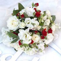 Букет невесты в красно-белом цвете из эустом, роз и фиалок